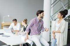 Jongeren in het bureau Stock Afbeelding