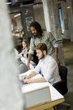Jongeren in het bureau Stock Foto