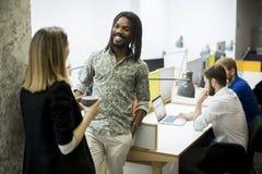 Jongeren in het bureau Royalty-vrije Stock Fotografie