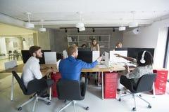 Jongeren in het bureau Stock Afbeeldingen