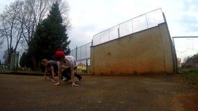 Jongeren het dansen breakdance op de straat stock footage