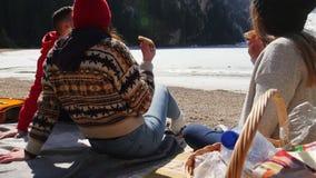 Jongeren het reizen Vrienden die een picknick op de kust hebben stock footage