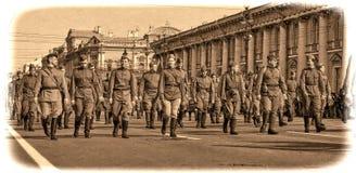 Jongeren in het uniform van de Tweede Wereldoorlog. Royalty-vrije Stock Foto