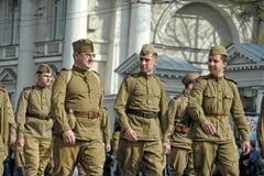 Jongeren in het uniform van de Tweede Wereldoorlog. royalty-vrije stock afbeeldingen