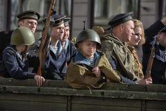Jongeren in het uniform van de Tweede Wereldoorlog stock foto