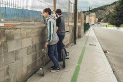 Jongeren met bmx en skateboard Levensstijlconcept millenials stock foto