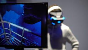 Jongeren met de hoofd-opgezette vertoningen van het genoegengebruik VR stock video