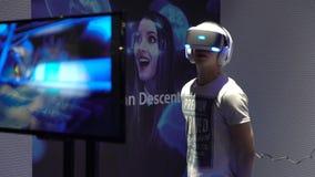 Jongeren met de hoofd-opgezette vertoningen van het genoegengebruik VR stock videobeelden
