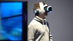 Jongeren met de hoofd-opgezette vertoningen van het genoegengebruik VR stock footage