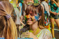 Jongeren met gezicht met kleuren wordt gesmeerd die Concept voor festival Royalty-vrije Stock Fotografie
