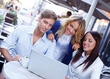 Jongeren met laptop Stock Afbeeldingen