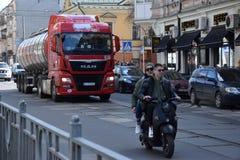 Jongeren op een motorfiets in de stad stock foto's