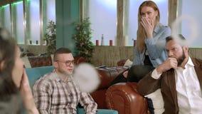 Jongerenvrienden die in een koffie spreken stock footage