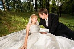 Jonggehuwden bij aard Royalty-vrije Stock Afbeeldingen