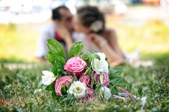 Jonggehuwden bij een achtergrond met royalty-vrije stock fotografie
