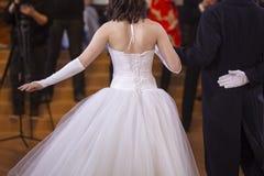 Jonggehuwden bij het huwelijk Foto's van de rug stock fotografie