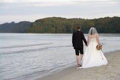 Jonggehuwden bij het strand Royalty-vrije Stock Afbeelding