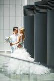 Jonggehuwden in de stad Royalty-vrije Stock Fotografie