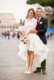 Jonggehuwden in de stad Gelukkig echtpaar stock afbeeldingen