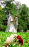 Jonggehuwden in de zomer, huwelijksboeket Stock Fotografie