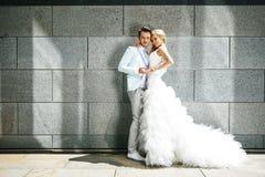 Jonggehuwden dichtbij de muur Royalty-vrije Stock Foto