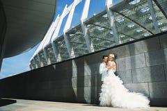 Jonggehuwden dichtbij het stadion Royalty-vrije Stock Foto