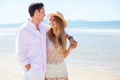 Jonggehuwden die bij het strand lopen Stock Foto's