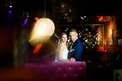 Jonggehuwden die de camera bekijken Royalty-vrije Stock Afbeelding