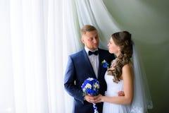 Jonggehuwden die elkaar bekijken Stock Foto's