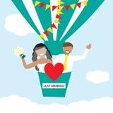Jonggehuwden die op de luchtballon vliegen in de hemel Stock Fotografie