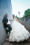 Jonggehuwden die op steenstappen stellen Stock Afbeelding