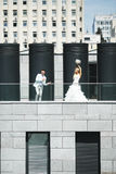 Jonggehuwden die pret hebben Royalty-vrije Stock Fotografie