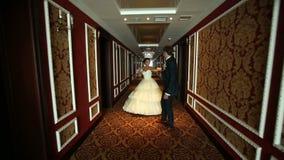 Jonggehuwden in een Hotel stock video