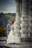 Jonggehuwden in een manor Stock Foto
