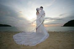 Jonggehuwden en wind Royalty-vrije Stock Fotografie