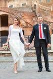 Jonggehuwden, hand in hand Stad Samen het lopen royalty-vrije stock afbeeldingen