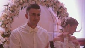 Jonggehuwden het luisteren gelukwensen bij een banket stock footage