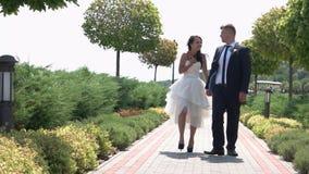 Jonggehuwden in het park stock video
