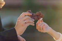 Jonggehuwden met Chocolade Stock Afbeeldingen