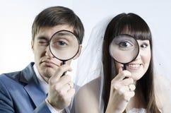 Jonggehuwden met magnifiers Royalty-vrije Stock Foto