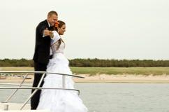 Jonggehuwden op boot Stock Fotografie