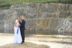 Jonggehuwden op de achtergrond van een berg en een meer Royalty-vrije Stock Afbeelding
