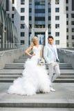 Jonggehuwden op de treden Royalty-vrije Stock Foto's