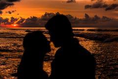 Jonggehuwden op het strand royalty-vrije stock afbeeldingen