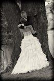 Jonggehuwden in park Stock Fotografie