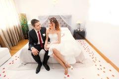 Jonggehuwden in slaapkamer loving stock foto's