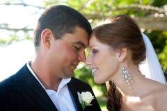 Jonggehuwden wat betreft voorhoofden veel liefs Royalty-vrije Stock Afbeelding