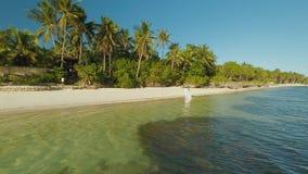 Jonggehuwden in witte klerenwandeling aan de kust Luchtmening van Bohol-kusteiland lucht filippijnen stock footage