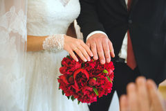 Jonggehuwdenhanden op Pioenboeket Royalty-vrije Stock Afbeelding