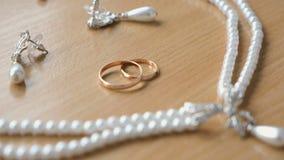 Jonggehuwdenjuwelen op de lijst stock videobeelden